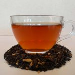 Eine Tasse mit schwarzem Tee